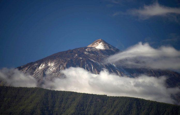 Pirmasis-sniegas-siame-sezone-nuklojo-Teides-kalna-1