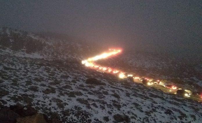 Pasiilge sniego zmones sudare automobiliu spustis Teides papedeje