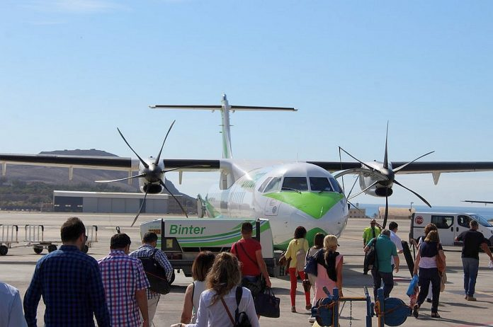 Oro liniju pranesimas Jungtineje Karalysteje kyla abejones del vasaros sezono kelioniu