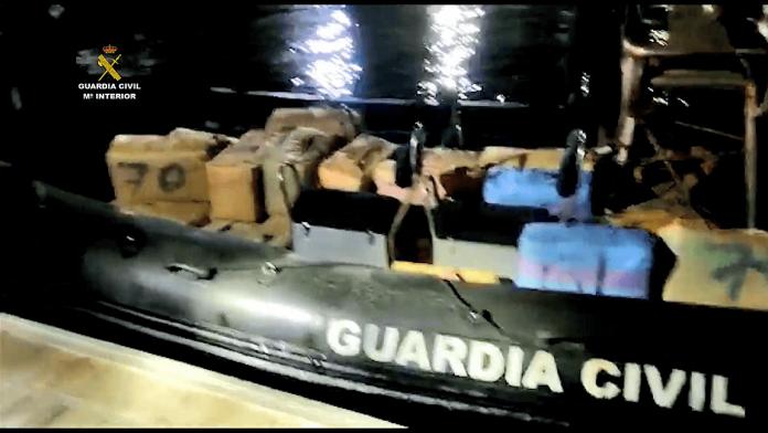 Guardia civil sulaike greitaeigi kateri, kuriame buvo daugiau kaip 1 000 kilogramu hasiso(1)